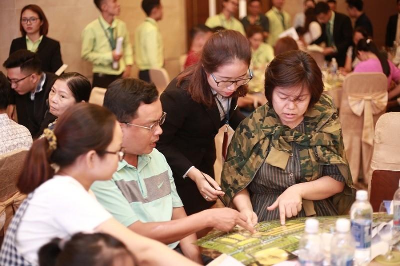 Khách hàng tham gia một sự kiện bán hàng do Bright Land tổ chức
