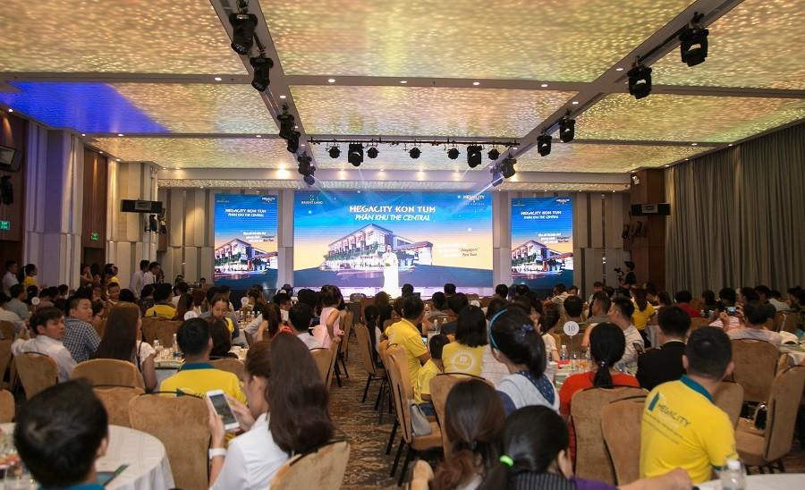 Khách hàng đến tìm hiểu thông tin tại lễ ra mắt dự án Megcity Kon Tum